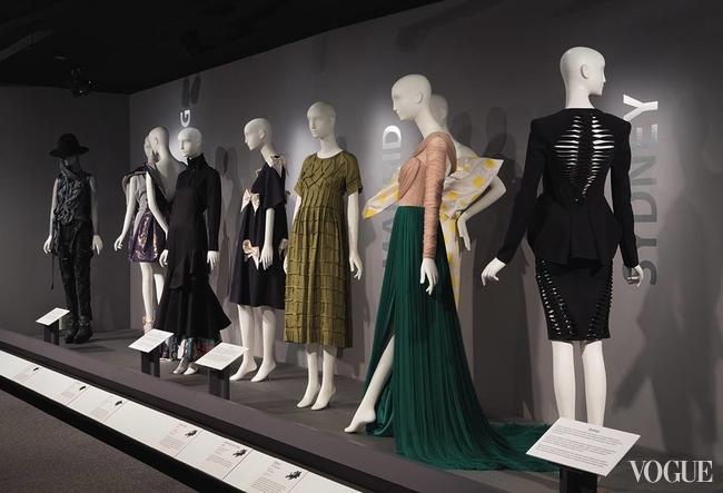 Экспозиция «Главные модные столицы» в FIT, Нью-Йорк, 2015, с моделями украинских дизайнеров Антона Белинского  и Анны Коломоец