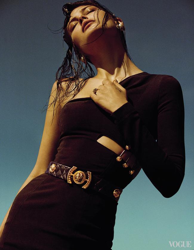 Хлопковое платье, Versus Versace; кожаный пояс; серьги, желтое золото, жемчуг, винтаж, все – Chanel, New York Vintage; кольцо, желтое золото, гранаты, цавориты, Cartier